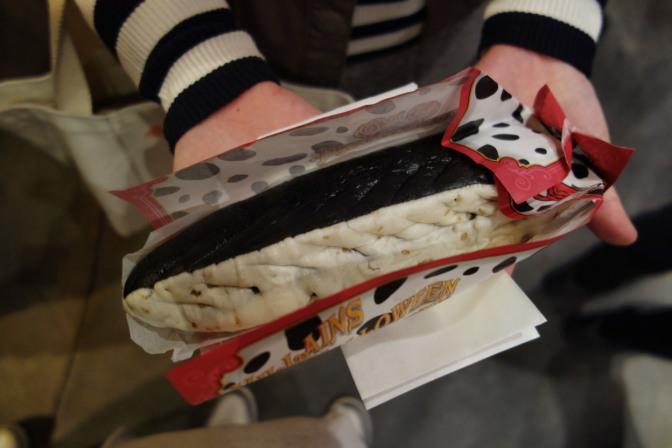 餃子ドッグのハロウィーン・スペシャルバージョン「ツートーンギョウザドッグ」税込550円