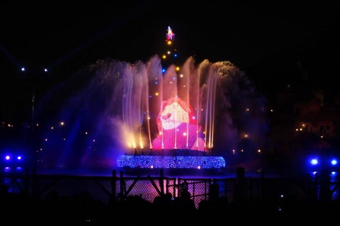 メディテレーニアンハーバーで開催される夜の水上ショー「ファンタズミック!」。映し出されたのはライオンキング