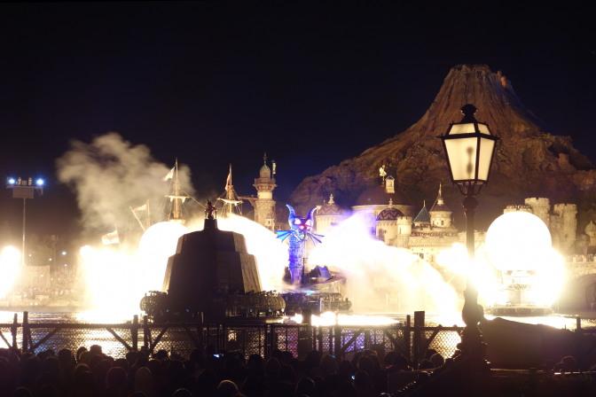 ミッキーがドラゴンに立ち向かう、光アリ、炎アリのクライマックスシーン
