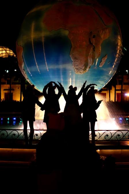 ディズニーシーのメインエントランスにある大きな地球儀「アクアスフィア」。女子高生のポーズをよく見ると「LOVE」でした(^^)