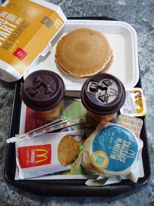 朝マック。ソーセージエッグマフィンとパンケーキのセットメニュー