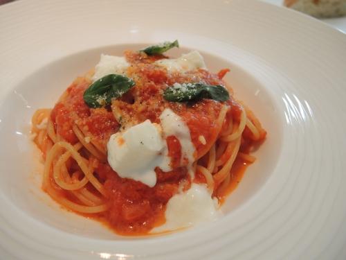 完熟フレッシュトマトを使ったスパゲティーニポモドーロ