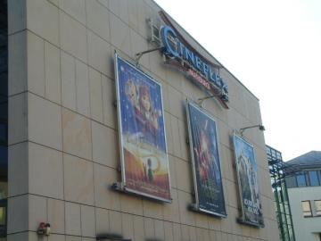マールブルグ駅前の映画館。