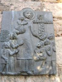 聖エリザベートの浮彫。