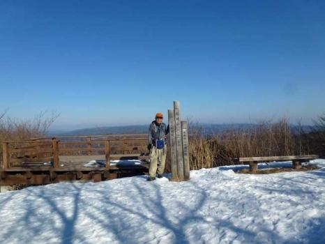 雪に覆われる高鈴山の山頂