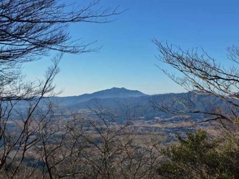 山頂から望む筑波山