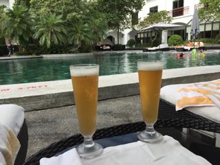 プールサイドでビール