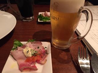 ジョッキビールとお通しのローストポーク