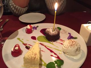 温かいチョコレートケーキ、3種のチーズのケーキとバニラのジェラート