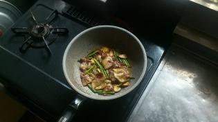 豚バラとにんにくの芽とにんにくと鷹の爪の炒めものめんつゆ味付け2