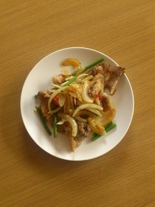 ゴマ油香る牛バラと玉葱とにんにくと芽のピリ辛炒め1