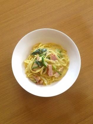 マルちゃんカルボナーラ(ベーコン、ほうれん草、玉葱、スライスチーズ、黒胡椒)