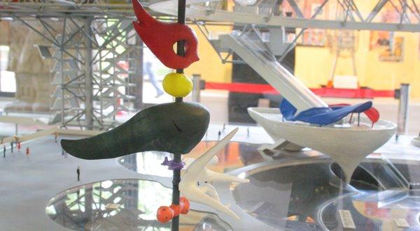 2008-10-17 万博自然文化園 033 万博開催当時の青春の塔、右側奥は母の塔、模型。 600×331