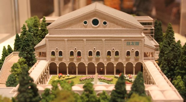 2010-04-29 鶴見緑地 054 国際花と緑の博覧会 (花博) 開催当時の住友館、模型。 600×331