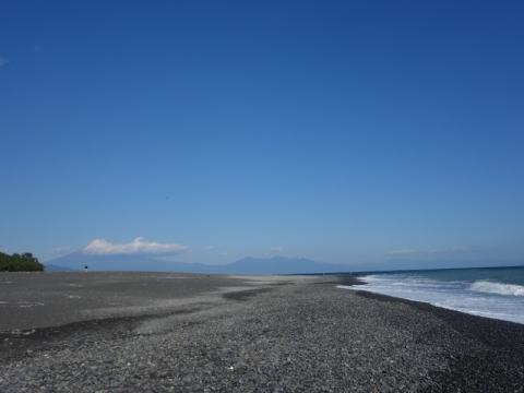 三保松原から富士山を見る