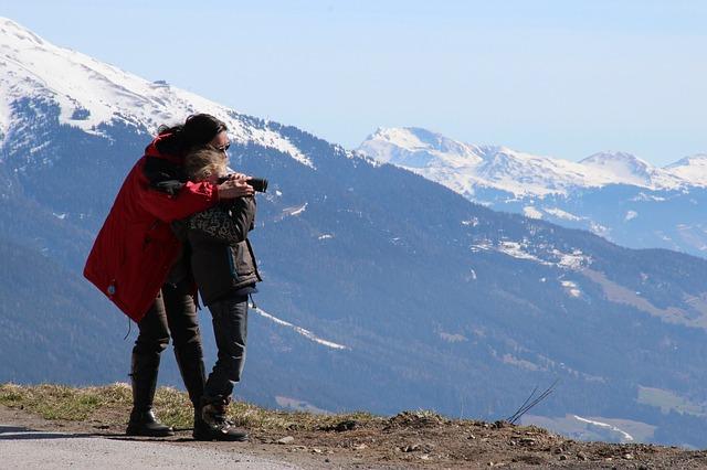 高山で双眼鏡を覗く子供