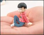 『おそ松さん』が手のひらサイズのミニフィギュアで登場!一部店舗では6人全員とエスパーニャンコがセットになった「ちゃぶ台集合!セット」が販売