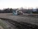 牛フン堆肥を撒くトラクター