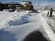 風で雪が吹き寄せられた道路