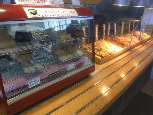 天ぷら・稲荷が並ぶ