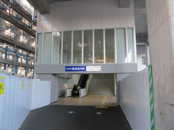 西改札口へ通じるもう1つの階段。この付近にロータリーを備えた駅前広場ができる予定。