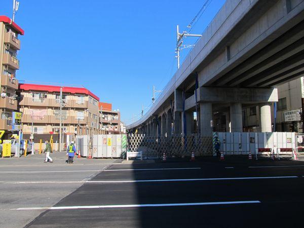 明治通り踏切跡から青砥方面を見る。今後この先には高架橋に並行して道路ができる予定。