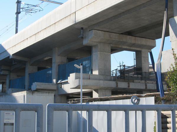 高架橋の橋脚は2層目に通路の床を載せられるようになっている。