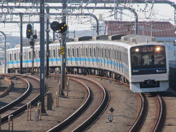 複々線区間をゆく小田急3000形。まもなくここをJR東日本E233系2000番台が走るようになる。