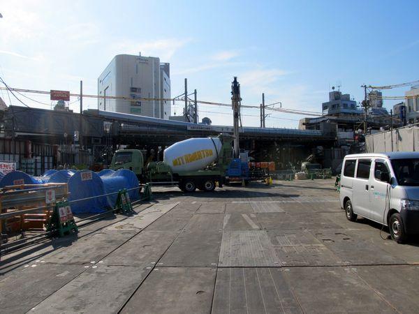 旧東北沢6号踏切付近から下北沢駅方向を見る。工事は地下へ移行しており地上は片づけられている。