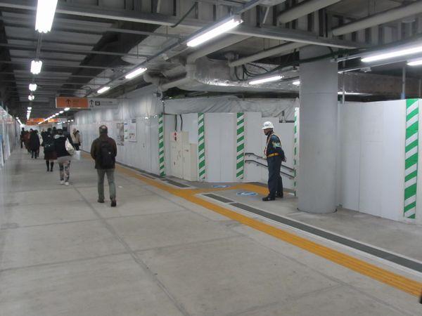 小田急線下北沢駅地下2階のコンコース。間仕切りがより簡易的なものに変わるなど緩行線ホームに転用するための準備が少しずつ始まっている。