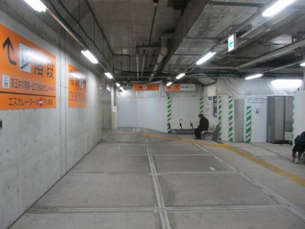 小田急線下北沢駅地下2階のコンコース。緩行線ホームに転用するための準備が少しずつ始まっている。