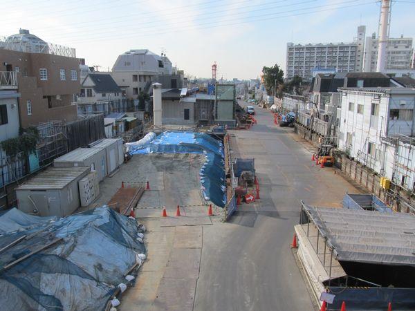 新宿寄りの歩道橋から地上駅跡を見る。トンネルの埋め戻しはほぼ完了している。