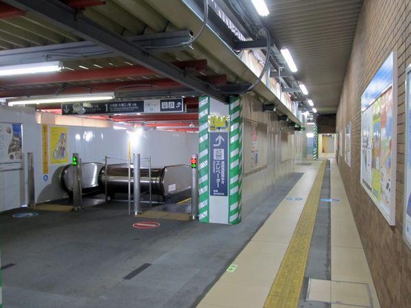 本設駅舎の改札口を入ったところ。手前は2014年に使用開始済みの本設エスカレータ。