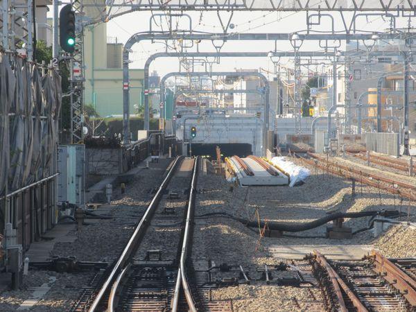 緩行線の軌道敷設が進む代々木上原駅付近