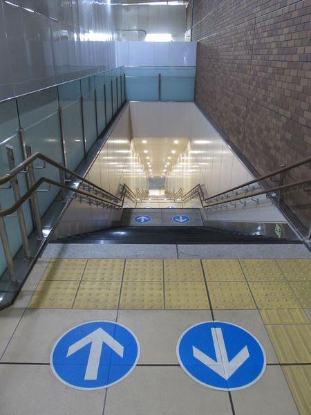 エスカレータの奥に完成した本設の階段。段数は仮設階段と同じ106段。