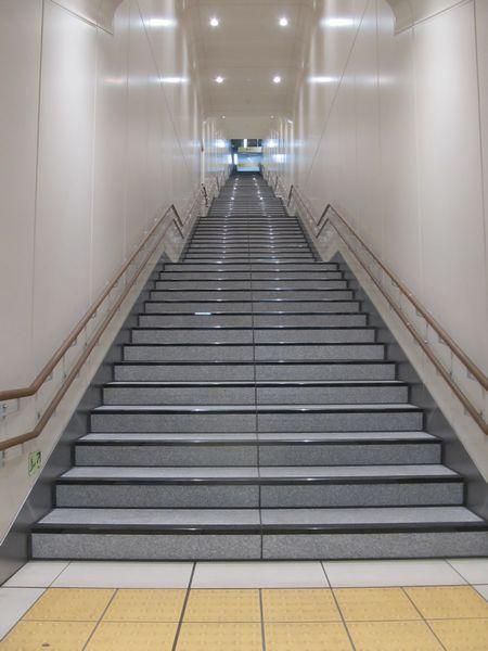 階段を地下2階側から見たところ。