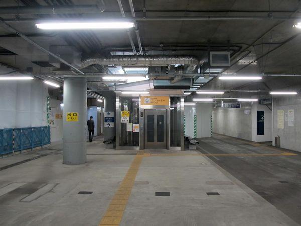 地下2階のコンコース。駅事務室などは撤去されており、天井は新しい空調ダクトの取り付けが始まっている。
