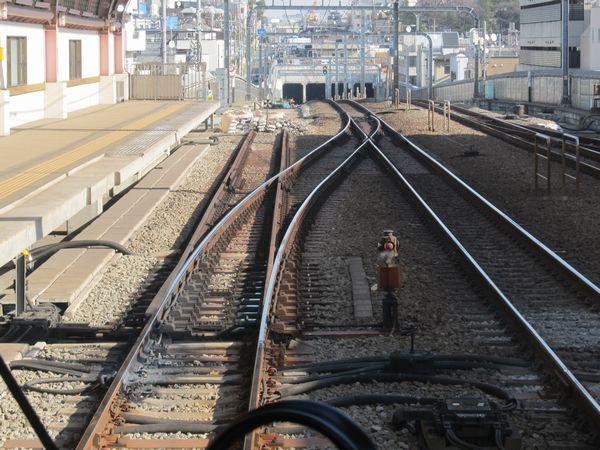 上り列車梅ヶ丘→世田谷代田の前面展望。坑口付近は昨年時点で緩行線の軌道敷設が進んでおり大きな変化はない。