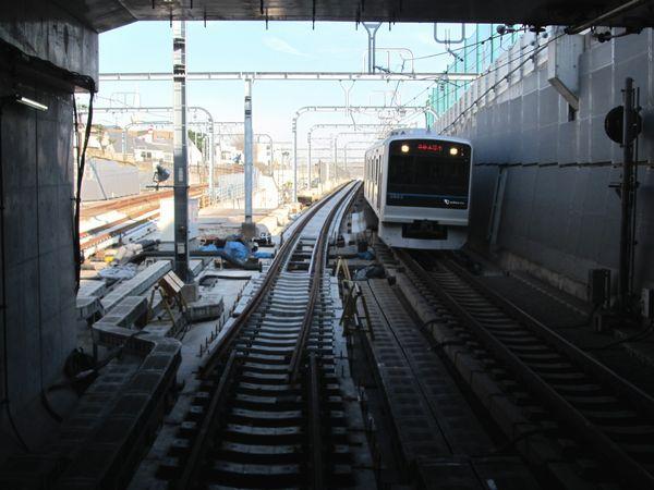 東北沢駅のホーム端から見た坑口。緩行線の軌道が地上までつながった。