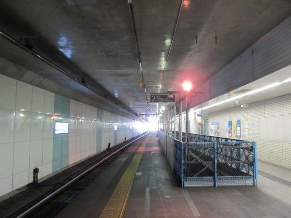 東北沢駅地下のホーム。緩行線線路天井にあった仮設空調ダクトは全て撤去された。