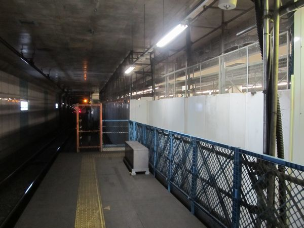 ホーム小田原寄りでは、仮設空調機械室を撤去してホームの内装工事が進められている。