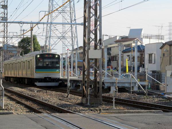建設中の小田栄駅脇を走行する南武支線205計1000番台