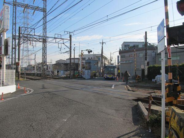 南武支線川崎新町~浜川崎間にある小田踏切。変則四差路の中に踏切がある。小田栄駅はこの踏切を挟んで設置される。