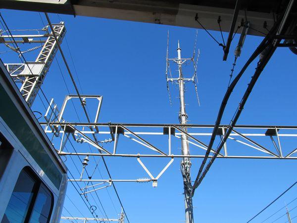 与野本町駅のATACS基地局。ここは特にアンテナの本数が多く、各方向に4本ずつアンテナが設置されている。