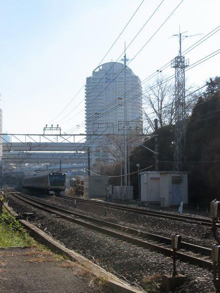 板橋~十条間にある「板橋サテライトアンテナ」。手前にあるトラス柱は試験時に設置したアンテナ。