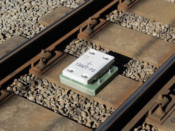 線路上に設置されたATACS地点補正地上子。