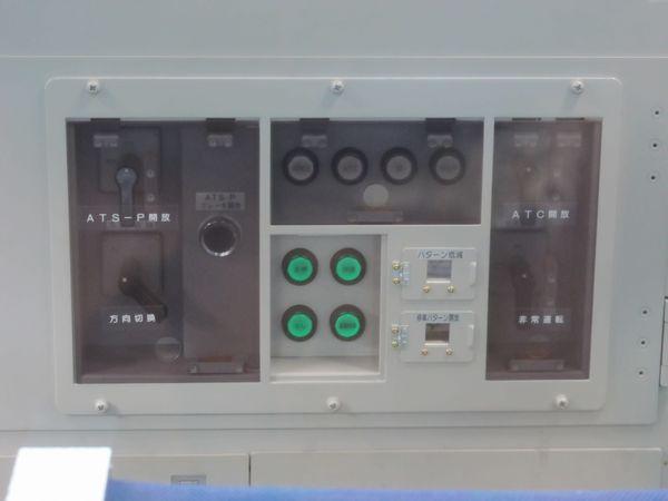 ボタンが追加された運転台の保安装置・種別選択スイッチ