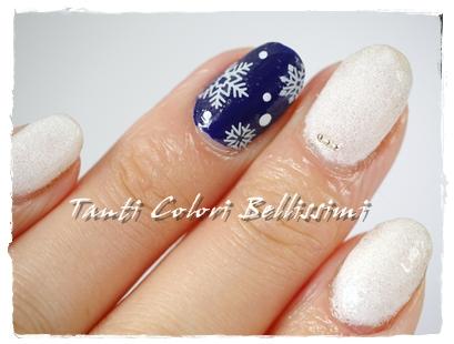 青と白の雪ネイル