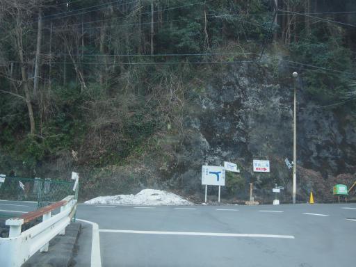 20160305・越生梅見9-15・黒山バス停付近に雪が