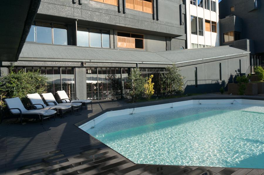 中庭にはプールがあり